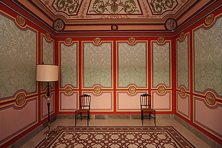 """""""Sala Rinascimento"""": Casa in stile  di Artmande"""