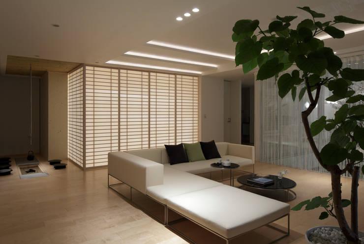 和と洋の融合したLIVING | 数寄の家 | 高級邸宅: Mアーキテクツ|高級邸宅 豪邸 注文住宅 別荘建築 LUXURY HOUSES | M-architectsが手掛けたリビングです。,モダン