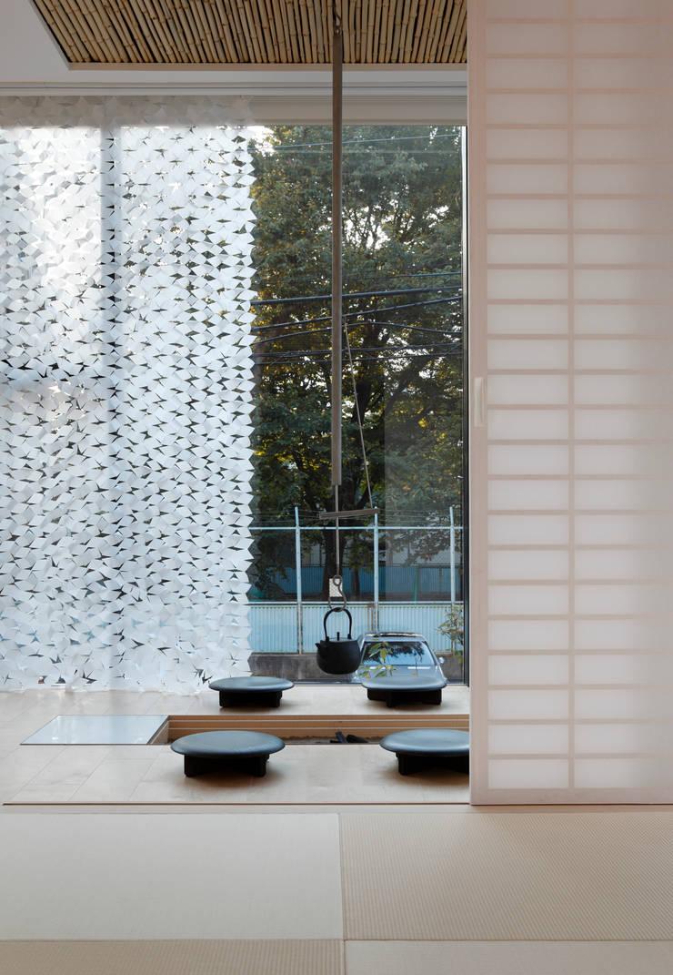 JAPANESEROOM & IRORI / 和室と囲炉裏 | 数寄の家 | 高級邸宅: Mアーキテクツ|高級邸宅 豪邸 注文住宅 別荘建築 LUXURY HOUSES | M-architectsが手掛けたリビングです。,モダン