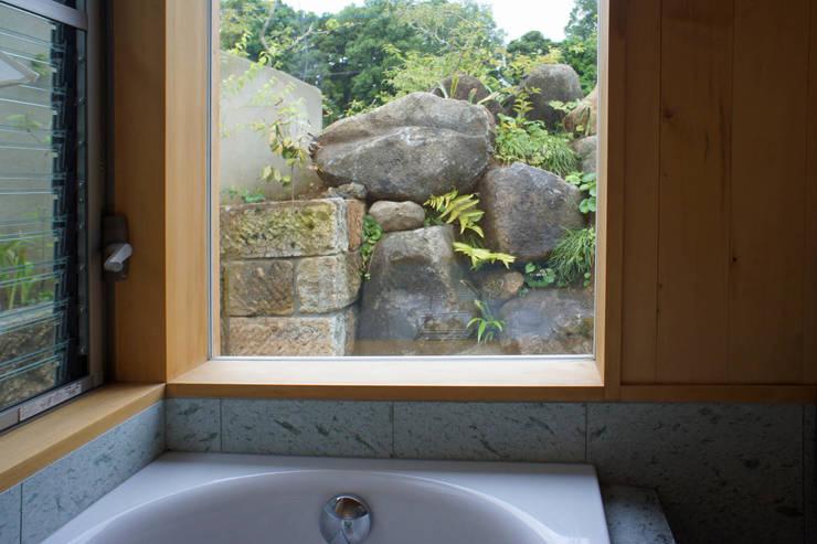 大井の平屋: 環境創作室杉が手掛けた浴室です。