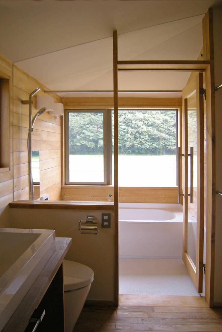 上座の家 ~田園ビュー~: 環境創作室杉が手掛けた浴室です。