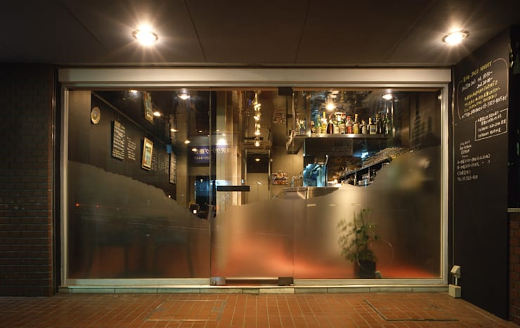 Restoran oleh 濱嵜良実+株式会社 浜﨑工務店一級建築士事務所