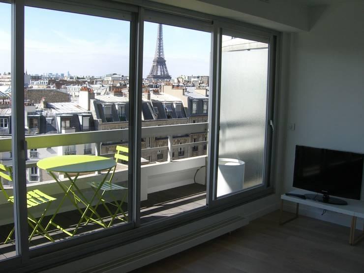 réhabilitation d'appartement  à Paris: Salon de style  par CARTEL Architectes