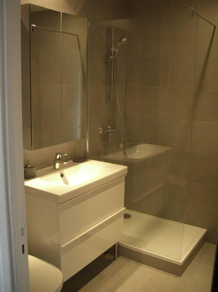 réhabilitation d'appartement  à Paris: Salle de bains de style  par CARTEL Architectes
