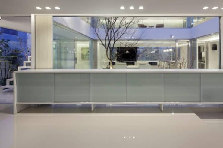 ENTRANCE | HARMONIA | 高級注文住宅 | 2013 GOOD DESIGN AWARD モダンスタイルの 玄関&廊下&階段 の Mアーキテクツ|高級邸宅 豪邸 注文住宅 別荘建築 LUXURY HOUSES | M-architects モダン