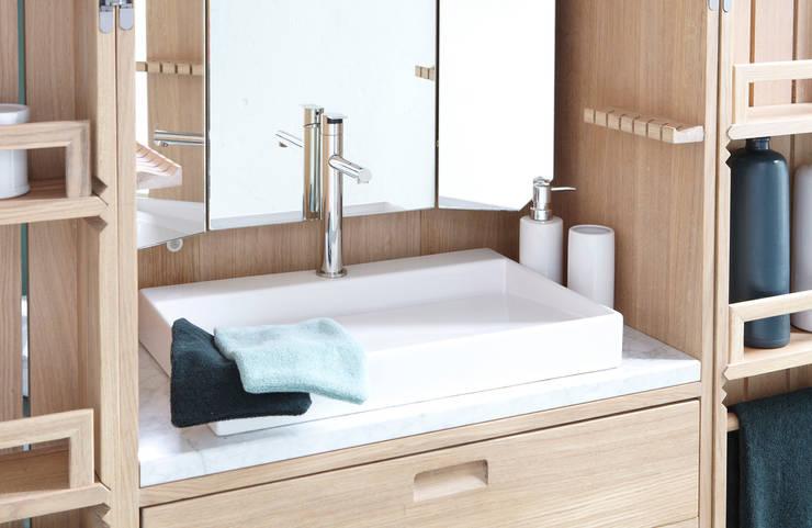 La perfection se lit dans les détails: Salle de bain de style  par La Fonction