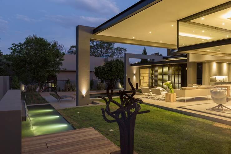 Jardines de estilo  por Nico Van Der Meulen Architects