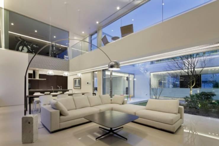 LIVING | HARMONIA | 高級注文住宅 | 2013 GOOD DESIGN AWARD モダンデザインの リビング の Mアーキテクツ|高級邸宅 豪邸 注文住宅 別荘建築 LUXURY HOUSES | M-architects モダン