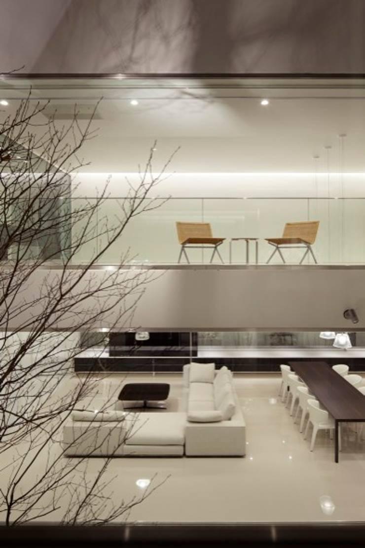 LIVING & PATIO | HARMONIA | 高級注文住宅 | 2013 GOOD DESIGN AWARD: Mアーキテクツ|高級邸宅 豪邸 注文住宅 別荘建築 LUXURY HOUSES | M-architectsが手掛けたリビングです。