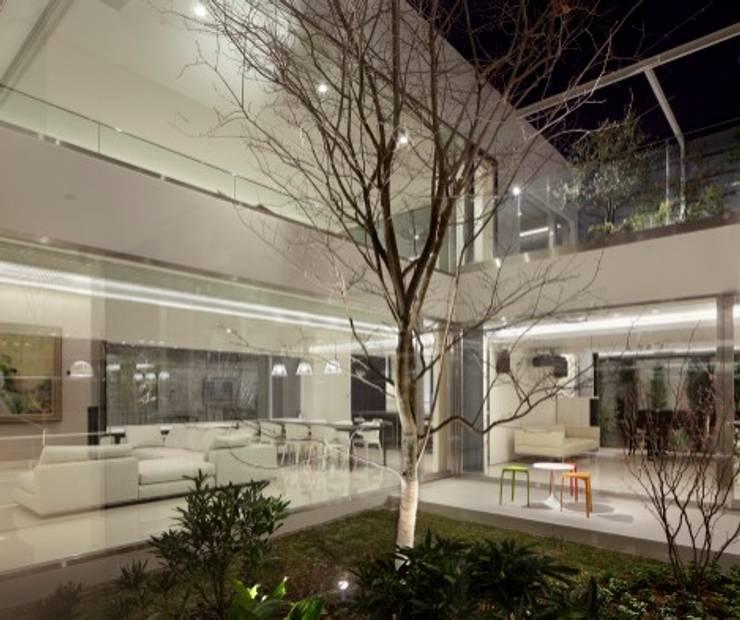PATIO & LIVING | HARMONIA | 高級注文住宅 | 2013 GOOD DESIGN AWARD モダンな庭 の Mアーキテクツ|高級邸宅 豪邸 注文住宅 別荘建築 LUXURY HOUSES | M-architects モダン