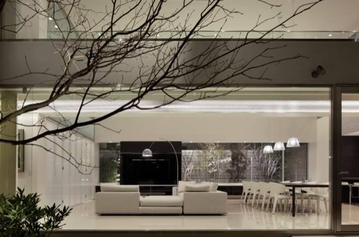 LIVING & PATIO | HARMONIA | 高級注文住宅 | 2013 GOOD DESIGN AWARD モダンデザインの リビング の Mアーキテクツ|高級邸宅 豪邸 注文住宅 別荘建築 LUXURY HOUSES | M-architects モダン