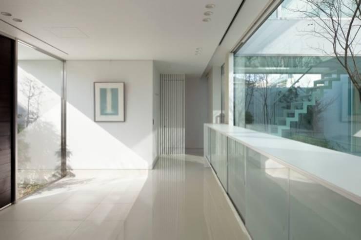 Corridor and hallway by Mアーキテクツ|高級邸宅 豪邸 注文住宅 別荘建築 LUXURY HOUSES | M-architects