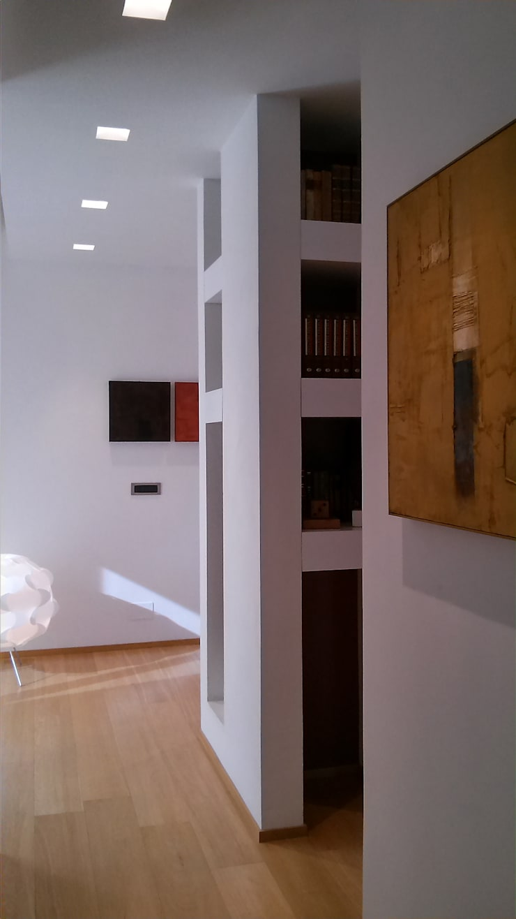 Disimpegno: Ingresso & Corridoio in stile  di VZSTUDIO architettura,