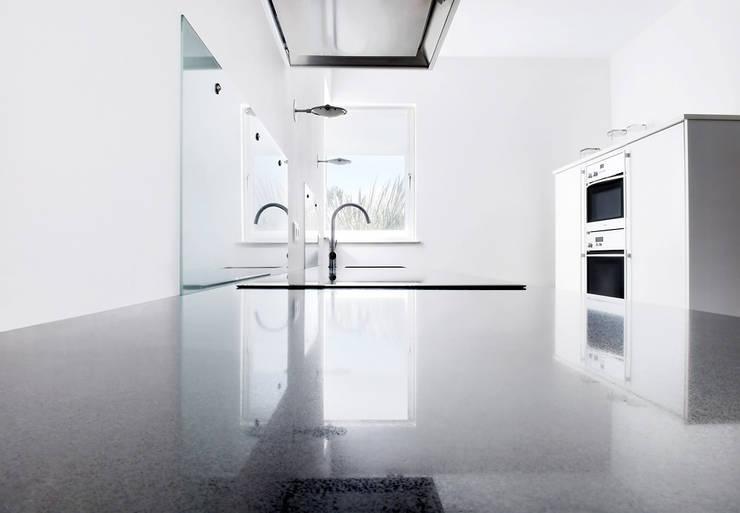 Strakke witte keuken met travertin vloer:  Keuken door Interieurvormgeving Inez Burvenich