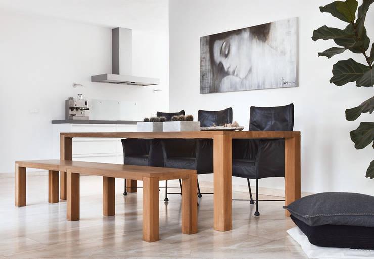 rust en eenvoud :  Woonkamer door Interieurvormgeving Inez Burvenich