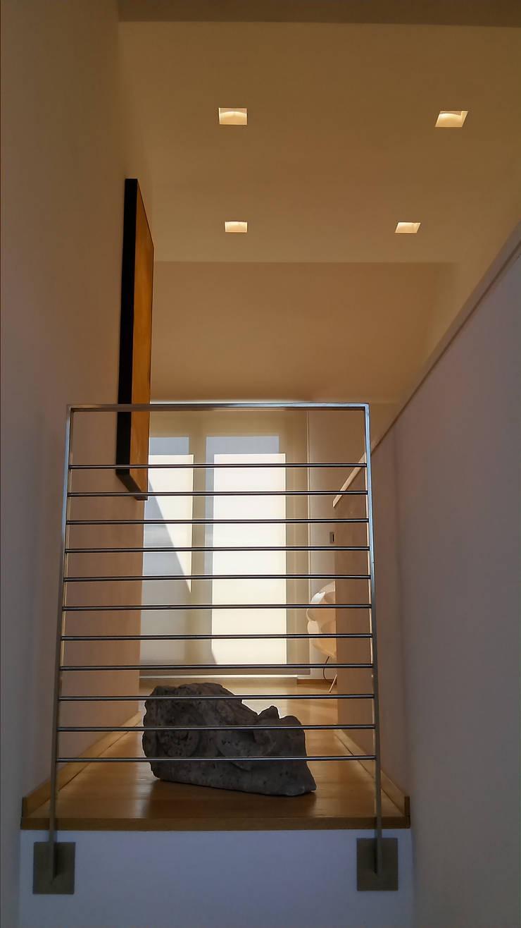Scala: Ingresso & Corridoio in stile  di VZSTUDIO architettura,
