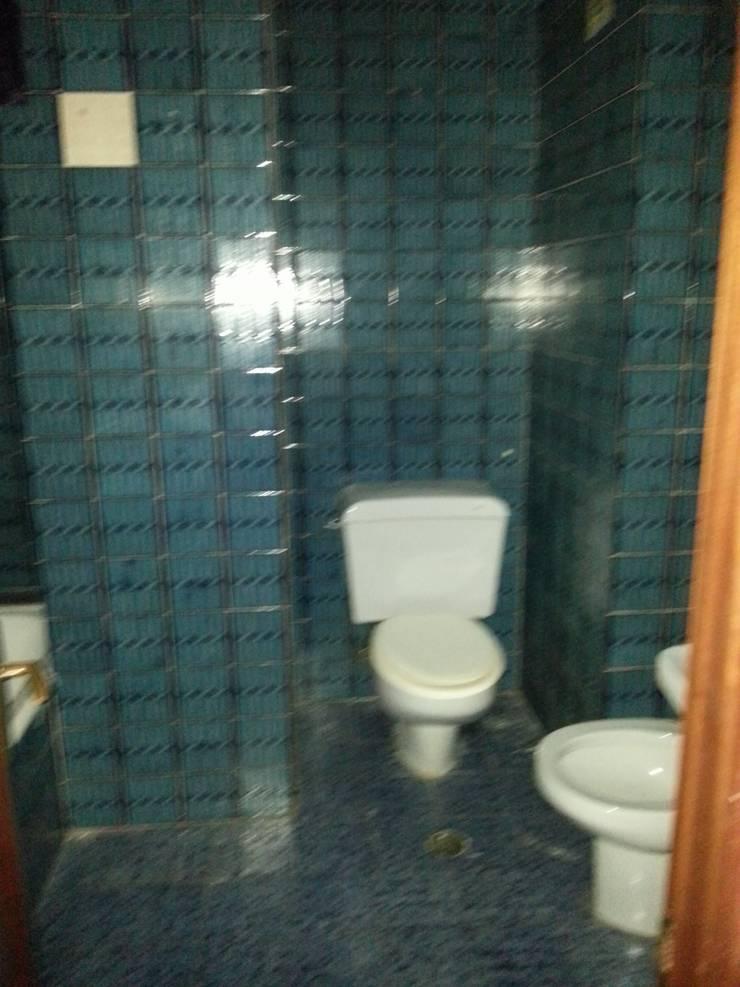 Baño antes de la reforma:  de estilo  de 2 Mar Construcciones  HNOS. VINCELLE LLAMEDO S.L.