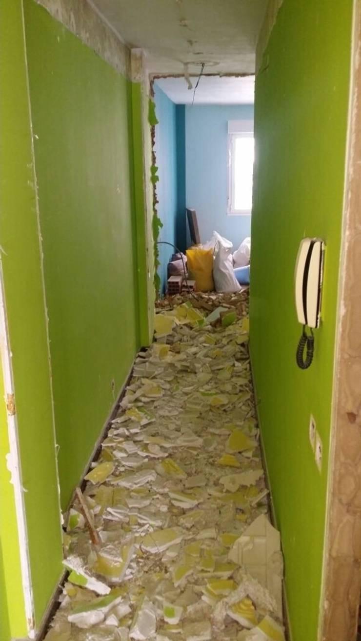 Estado anterior del pasillo:  de estilo  de 2 Mar Construcciones  HNOS. VINCELLE LLAMEDO S.L.