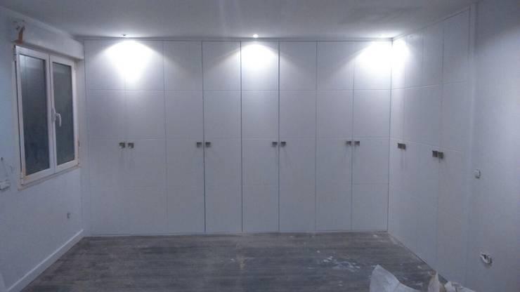 Armario Empotrado con puertas  lacadas en blanco:  de estilo  de 2 Mar Construcciones  HNOS. VINCELLE LLAMEDO S.L.