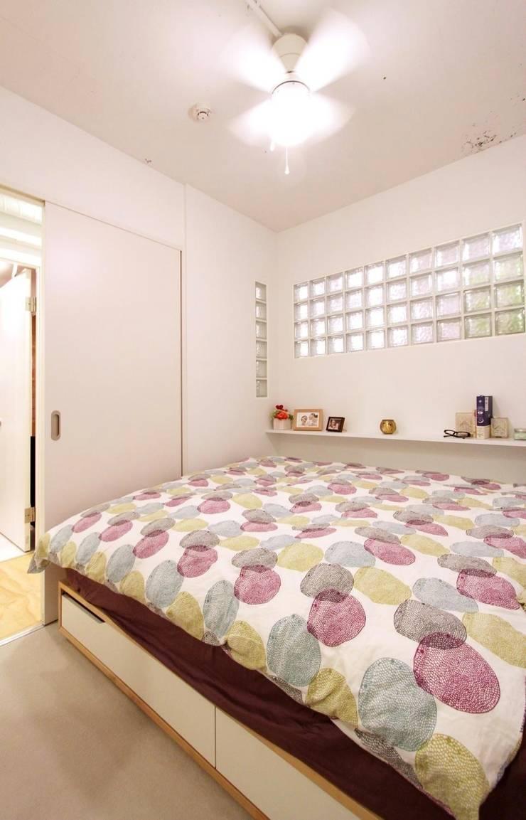 空間の凹凸を活かしたカラフルな家: nuリノベーションが手掛けた寝室です。