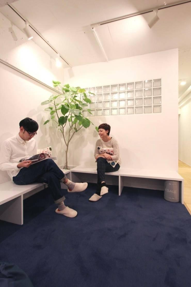 Salas de estilo ecléctico de nuリノベーション Ecléctico