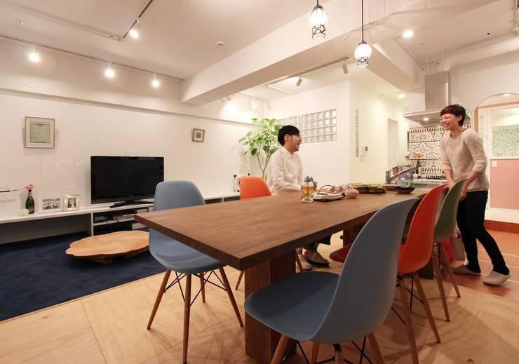 空間の凹凸を活かしたカラフルな家: nuリノベーションが手掛けたキッチンです。