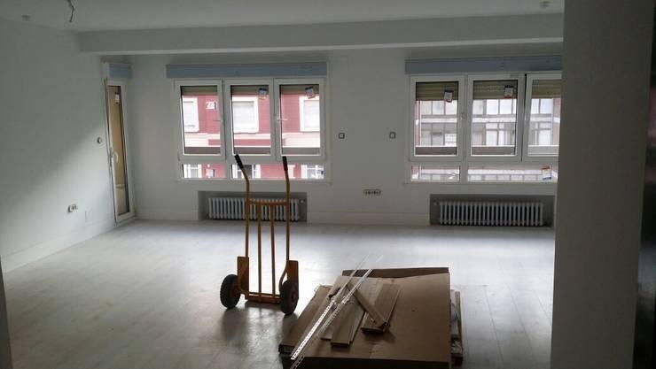 Salón en proceso de reforma:  de estilo  de 2 Mar Construcciones  HNOS. VINCELLE LLAMEDO S.L.