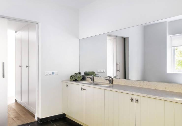 Woonhuis Berkel Enschot badkamer en suite:  Badkamer door Interieurvormgeving Inez Burvenich