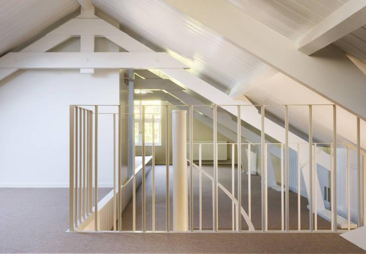 Woonhuis Berkel Enschot zolderverdieping :  Studeerkamer/kantoor door Interieurvormgeving Inez Burvenich