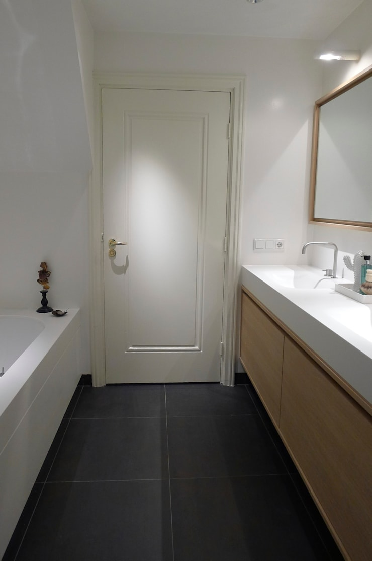 Badkamer privewoning :  Badkamer door Not Only White B.V.,