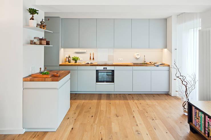 Offene Kuche Mit Holzarbeitsplatte By Lukas Palik Fotografie Homify