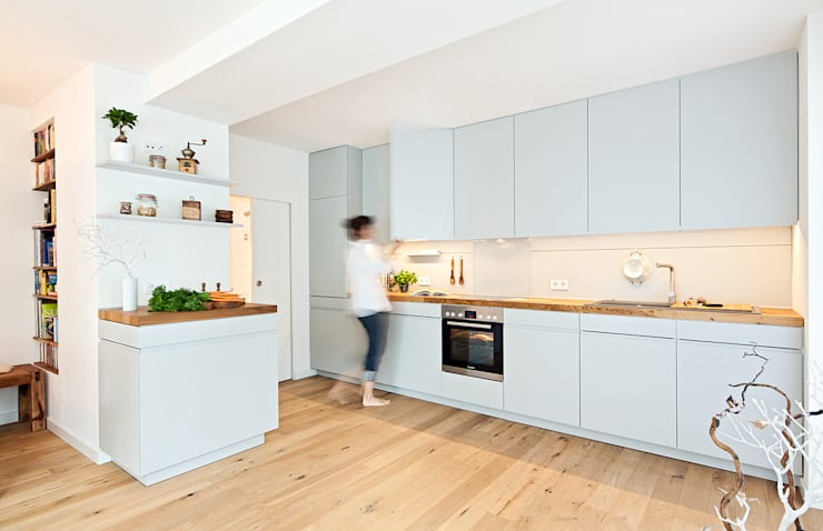 Offene Küche mit Holzarbeitsplatte von Lukas Palik Fotografie | homify