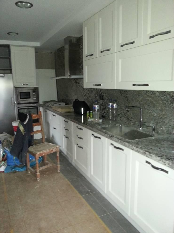 Cocina en proceso de reforma:  de estilo  de 2 Mar Construcciones  HNOS. VINCELLE LLAMEDO S.L.