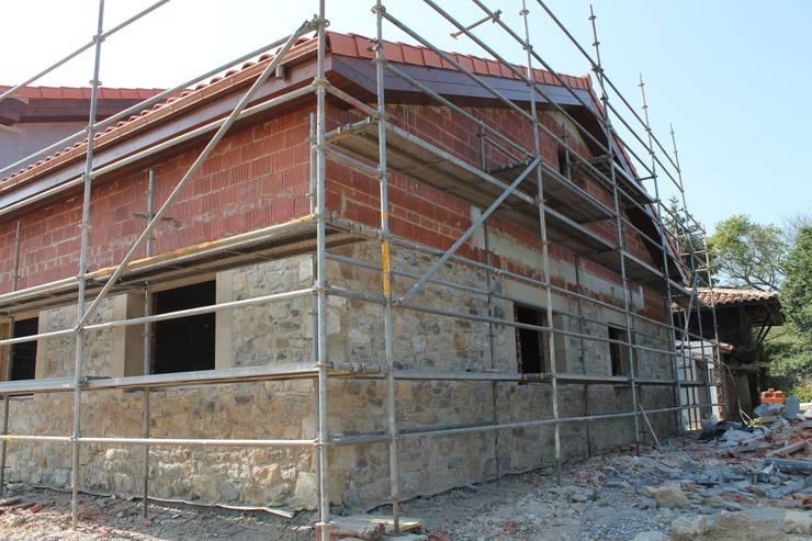 Rehabilitación en proceso:  de estilo  de 2 Mar Construcciones  HNOS. VINCELLE LLAMEDO S.L.