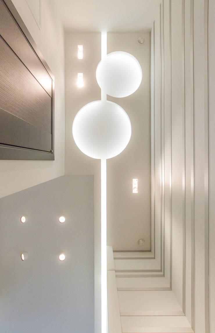 Потолок в прихожей: Коридор и прихожая в . Автор – Andrey Gulyaev Architects