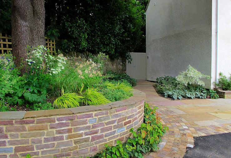 Raised Bed around Tree:  Garden by Katherine Roper Landscape & Garden Design