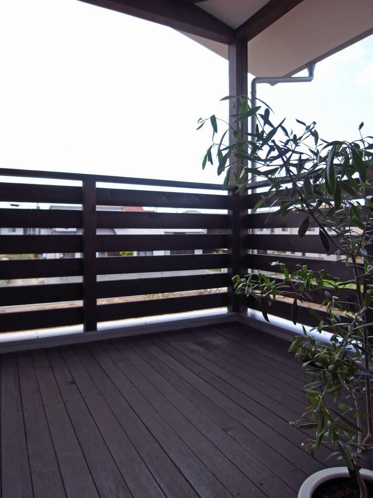 馬木の家 House in Umaki,Matsuyama: wada architectural  design office 和田設計が手掛けたテラス・ベランダです。,
