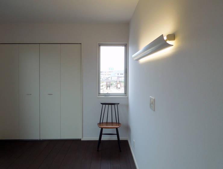 馬木の家 House in Umaki,Matsuyama: wada architectural  design office 和田設計が手掛けた寝室です。,