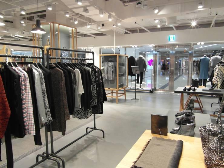 COEX Mall Premium Brand <q> R A U M </q> 빈크리트 시공 : 빈flow의  드레스 룸