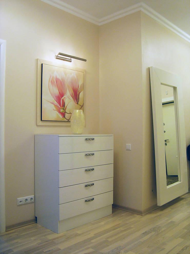 Светлая четырёхкомнатная квартира: Коридор и прихожая в . Автор – Дизайн В Стиле