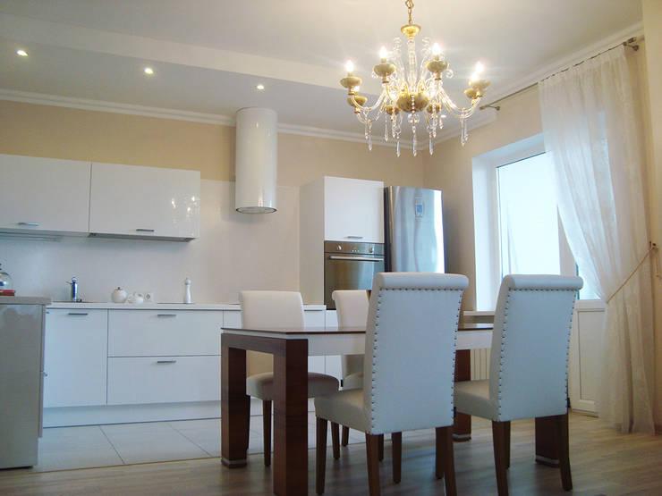 Светлая четырёхкомнатная квартира: Столовые комнаты в . Автор – Дизайн В Стиле