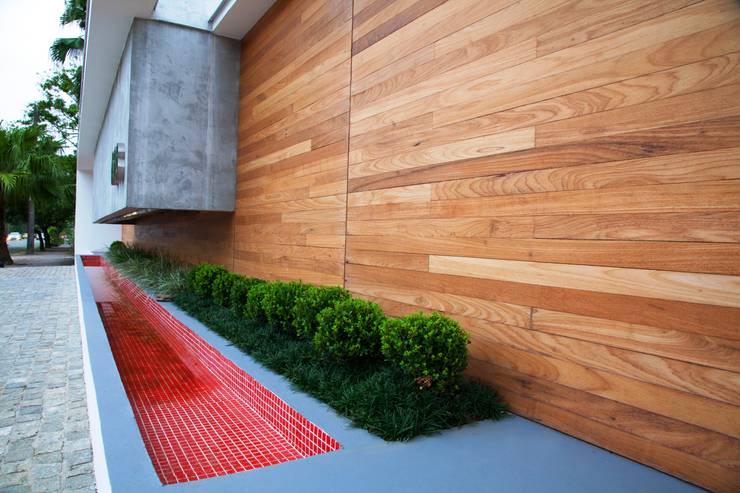 Casa AF: Jardins minimalistas por ZAAV Arquitetura