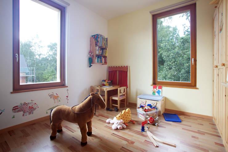Projekty,  Pokój dziecięcy zaprojektowane przez Massiv mein Haus aus Mauerwerk