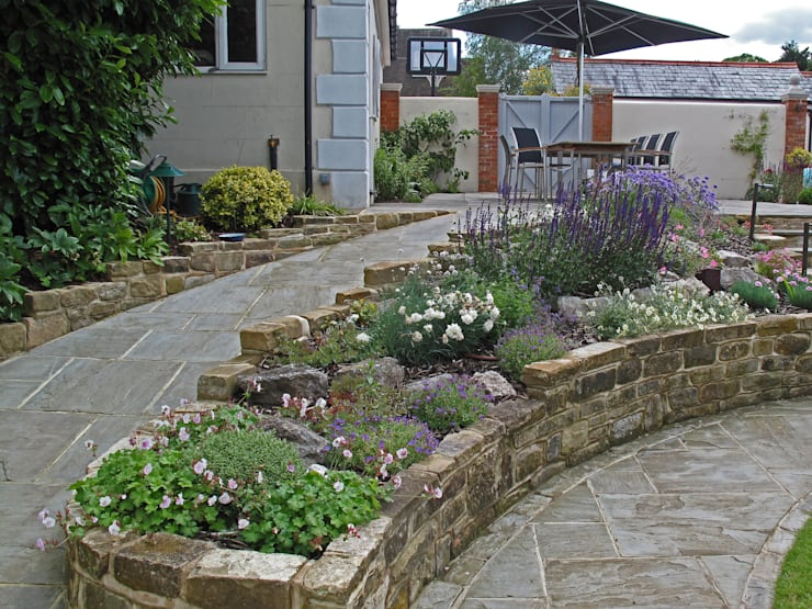 Traditional and Contemporary Mix:  Garden by Cherry Mills Garden Design