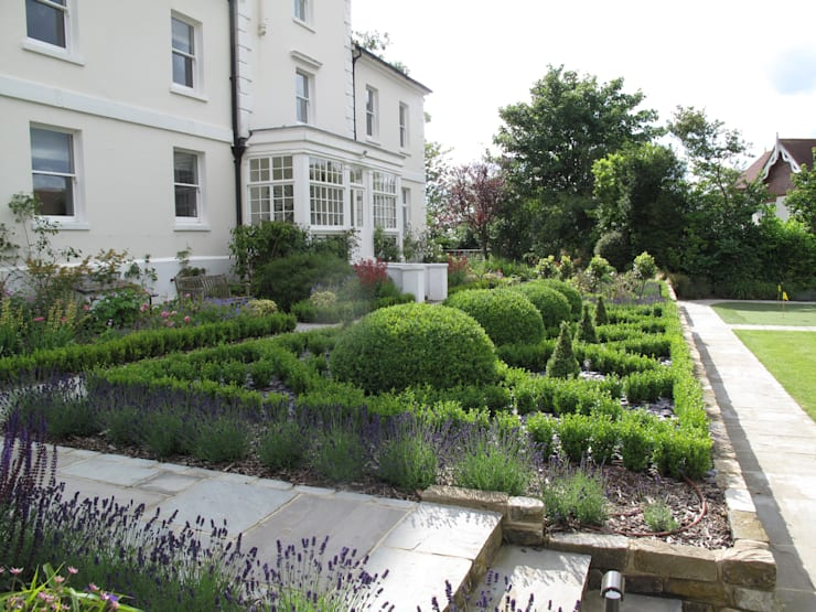 Traditional and Contemporary Mix: classic Garden by Cherry Mills Garden Design