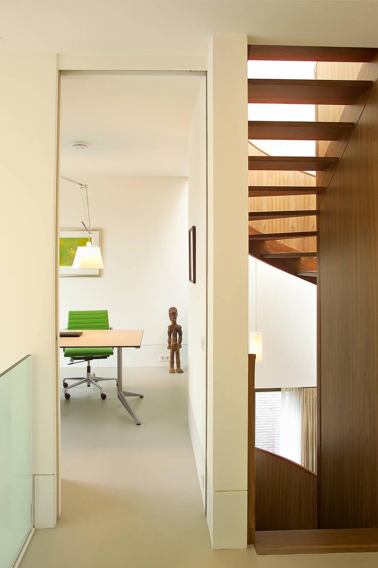 villa Loenen aan de Vecht:  Studeerkamer/kantoor door paul seuntjens architectuur en interieur