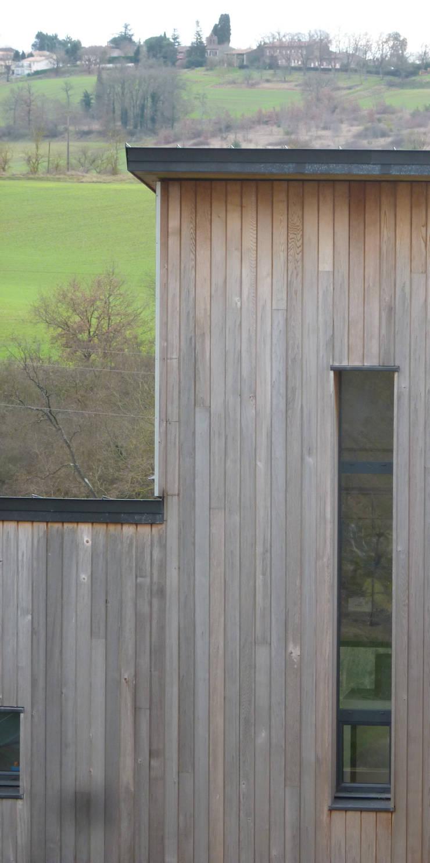 Détail façade Nord: Fenêtres de style  par Agence Collart