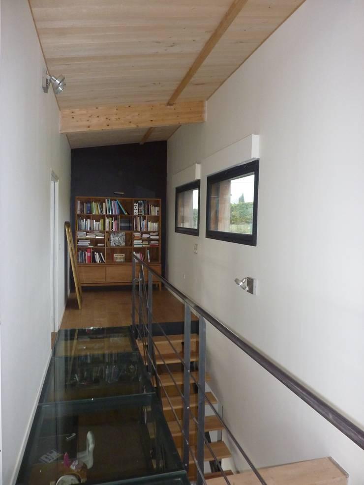 Palier de l'étage: Couloir, entrée, escaliers de style  par Agence Collart