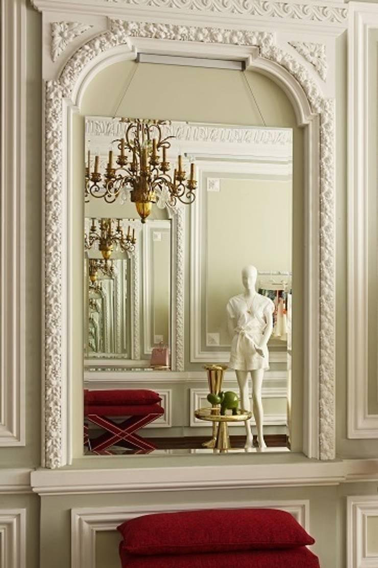 Бутик в исторических интерьерах: Коммерческие помещения в . Автор – Atelier Interior