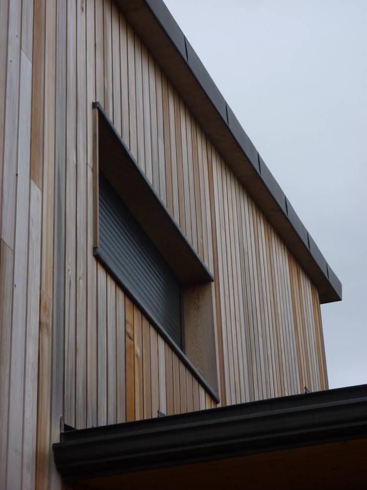 Détail toiture zinc - bardage red Cedar - menuiseries aluminium: Fenêtres de style  par Agence Collart